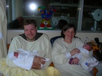 Laus und Sophie auf den Armen der stolzen Eltern in der Frühchenstation